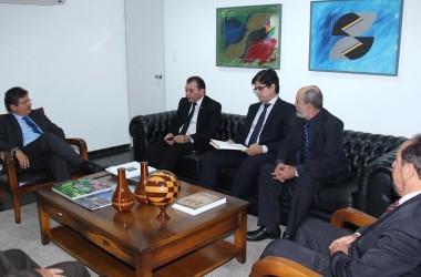 PGJ entrega projetos de iniciativa do Ministério Público ao presidente da ALPB