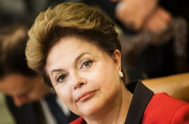 """""""Governo golpista sofrerá a mais incansável oposição"""", afirma Dilma vestida de vermelho"""