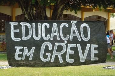 Professores de Cabedelo continuam em greve e têm salários cortados