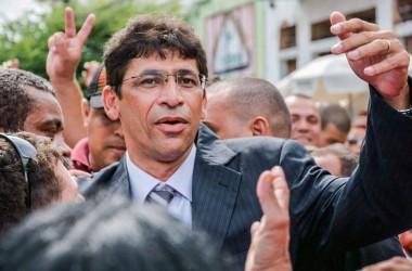 Novela continua e Netinho volta a prefeitura; Reginaldo acredita que vai reverter situação