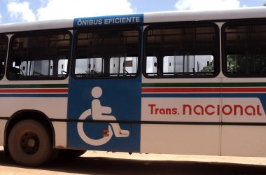 """PL quer parada de ônibus """"fora do ponto"""" para deficientes"""