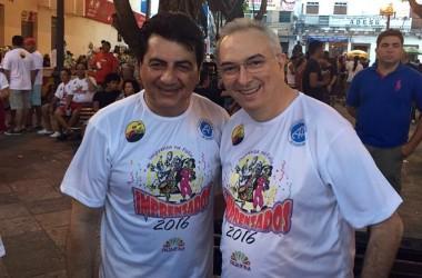 Namoro de Carnaval? Manoel Jr e Nonato Bandeira se abraçam em bloco
