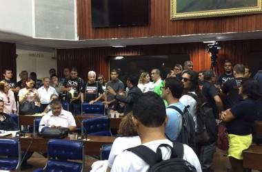 Servidores do estado ocupam plenário da ALPB em protesto