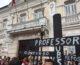 Professores da UEPB protestam nas portas fechadas do Palácio da Redenção
