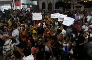 Cabedelo: Protesto e 'sessão' do lado de fora da Câmara 'anula golpe'; Veja vídeo