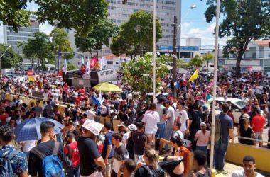 Governo Bolsonaro consegue levar o povo da rede social para as ruas em protesto contra corte na Educação