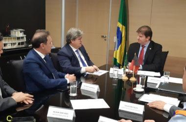 João Azevêdo discute liberação de recursos para obras de segurança hídrica e habitação